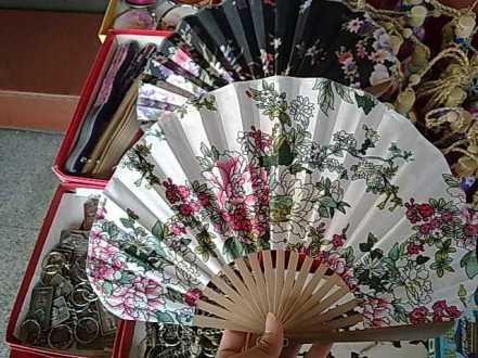Kipas kertas dan bahan, beragam bentuk ukuran motif dan tentu harga :)