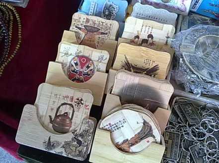 Tatakan gelas bahan bambu bermotif khas Cina atau Shaanxi.