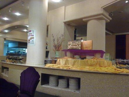 Buffet area yang masih sepi karena belum masuk jam makan malam.