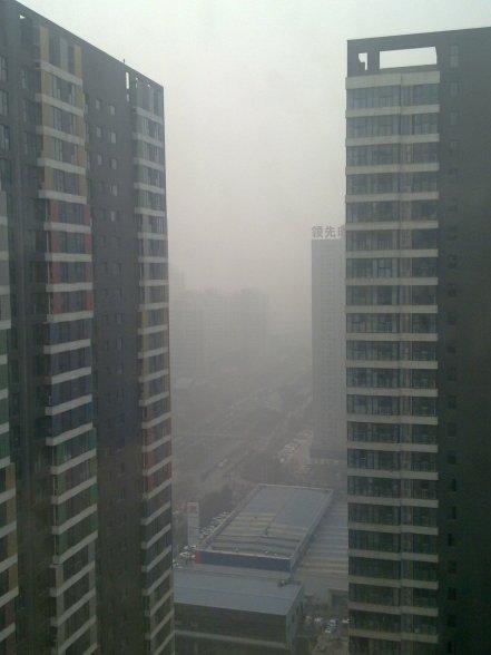Pemandangan dari jendela apartemen kami, saat AQI masih 400 an berapa hari lalu...