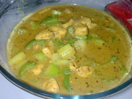 Terinspirasi oleh resep India Bagara Baingan, hanya 'baingan' alias terongnya di ganti dengan ayam, paprika hijau, dan batang seledri besar. Sedap dengan rasa gurih kacang.
